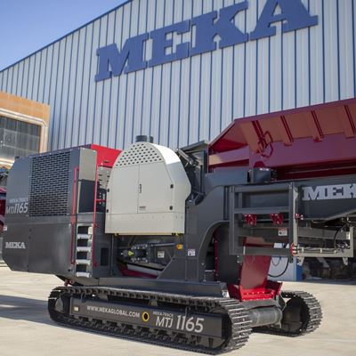 meka-track-mounted-jaw-crusher-in-front-of-factory